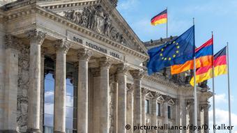 Reichstagsgebäude in Berlin mit den Flaggen von der EU, Armenien und Deutschland (picture-alliance/dpa/D. Kalker)