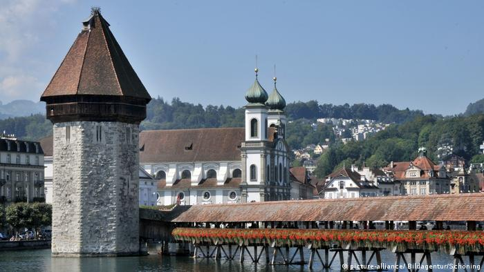 Chapel Bridge in Lucerne (picture-alliance/ Bildagentur/Schöning)