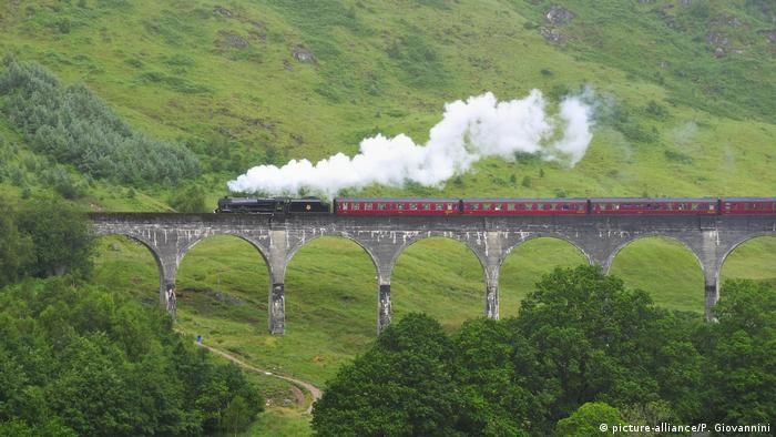 Glenfinnan Viaduct in Scotland (picture-alliance/P. Giovannini)