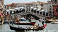 Italien, Venedig: Gondeln, Boote fahren auf dem Canale Grande vor der Rialtobrücke.