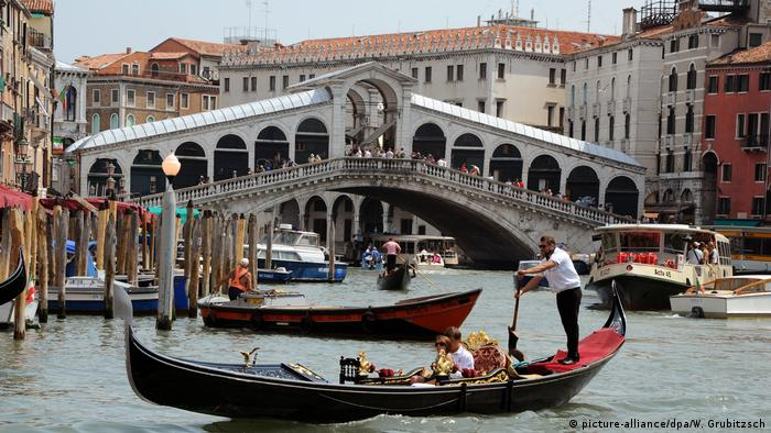 Rialto Bridge in Venice. (picture-alliance/dpa/W. Grubitzsch)