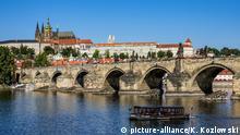Prag: Blick über die Moldau und die Karlsbrücke zur Burg mit Dom