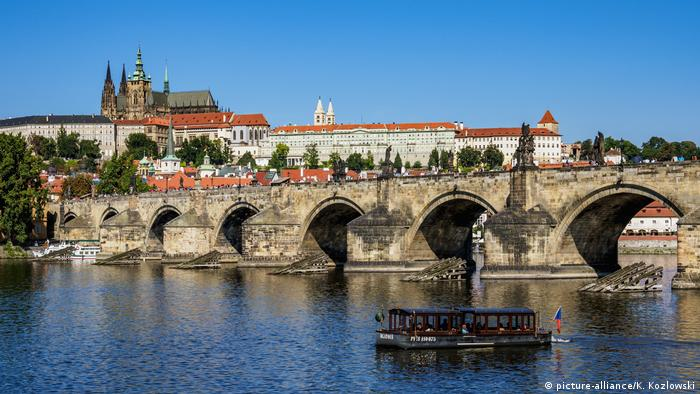 Charles Bridge in Prague (picture-alliance/K. Kozlowski)