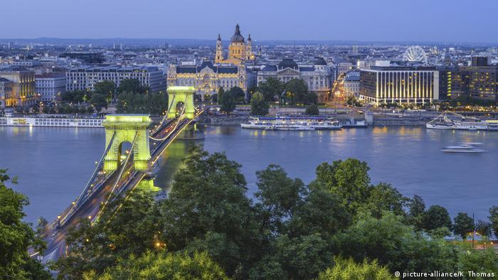 Budapest: Kettenbruecke über der Donau