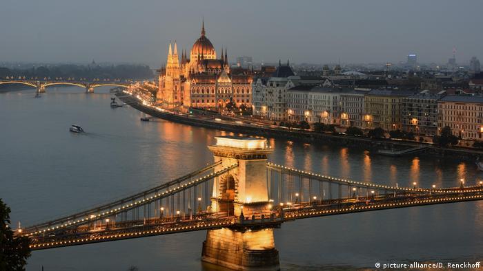 Budapest: Ausblick bei Dämmerung von Buda auf Kettenbrücke