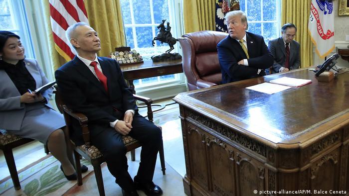 Liu He, viceprimer ministro chino, con Trump en la Casa Blanca, en abril de 2019.