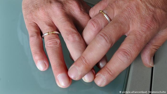 Symbolbild Homo-Ehe (picture-alliance/dpa/J. Stratenschulte)