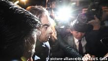 03.04.2019, Japan, Tokio: Carlos Ghosn (M), ehemaliger Vorsitzender der Nissan Motor Company, verlässt das Büro seines Anwalts. Carlos Ghosn wird einem japanischen Medienbericht zufolge erneut verhaftet. Foto: Sadayuki Goto/Kyodo News/AP/dpa +++ dpa-Bildfunk +++ |