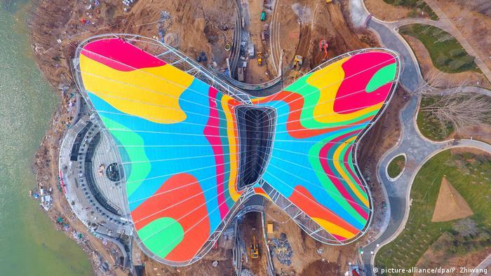 Međunarodna izložba hortikulture održava se ove godine u Pekingu. Ceremonija otvaranja i zatvaranja planirana je u pozorištu Guirui, čija je zgrada za tu priliku dobila i poseban krov – u obliku živopisnog leptira. Izložba počinje 29. aprila i trebalo bi da bude šarena kao i ovaj gigantski leptir.