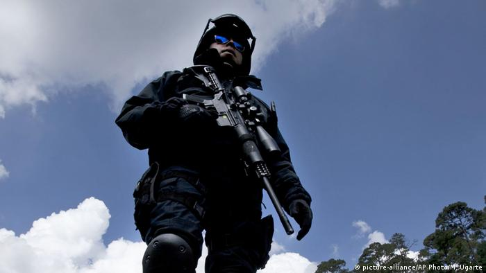 A Mexican policeman stands with a rifle (picture-alliance/AP Photo/M. Ugarte)