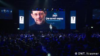 Moshe Feiglin speaks onstage at a campaign rally in Tel Aviv (DW/T. Kraemer)