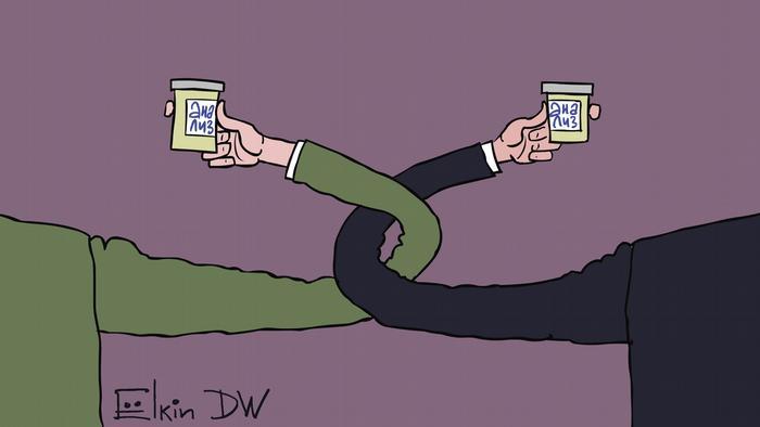 Два человека пьют на брудершафт, держа в руках стаканы, на которых написано анализ