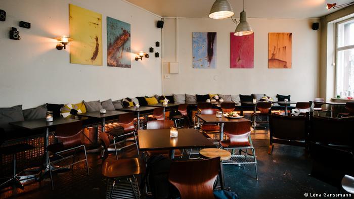 Duch das italienische Restaurant Cento Passi zieht sich innen eine lange Sitzbank. (Lena Ganssmann)