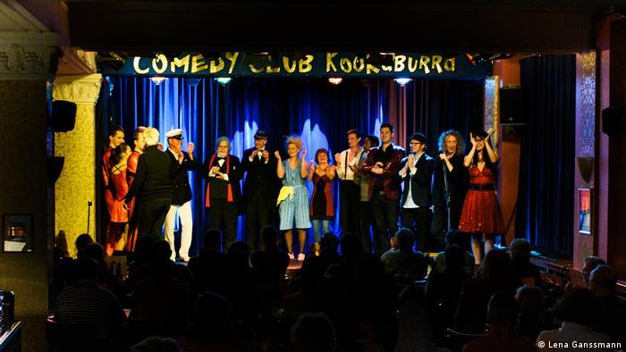Künstler auf der Bühne des Kookaburra Comedy Club. (Lena Ganssmann)