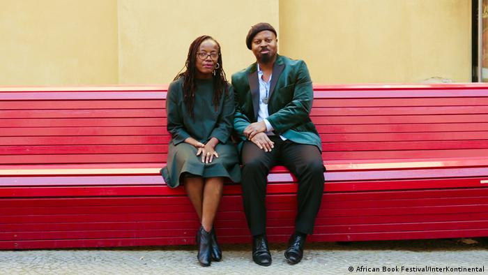 Tsitsi Dangarembga and Ben Okri sitting on a bench in Berlin (African Book Festival/InterKontinental)