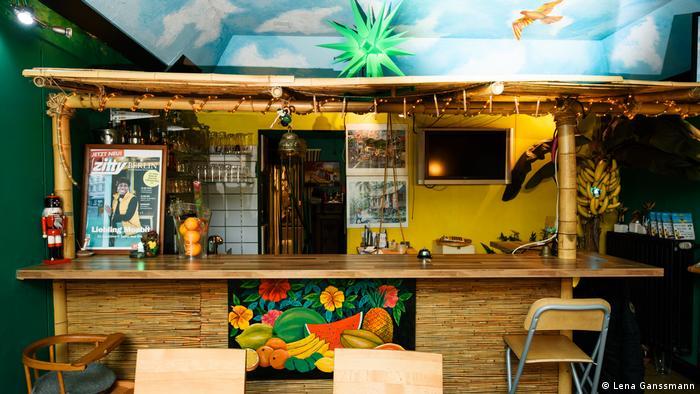 Die Theke im jamaikanischen Restaurant Ya-Man ist mit Bambus geschmückt und wirkt wie eine Strandbar. (Lena Ganssmann)