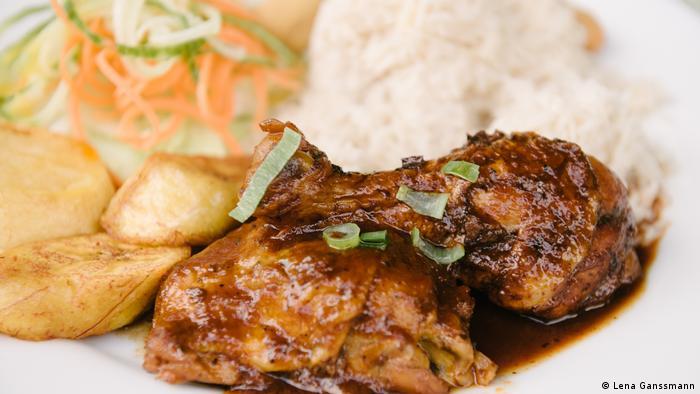 Ein typisch jamaikanisches Hähnchengericht liegt im Restaurant Ya-Man auf dem Teller. (Lena Ganssmann)