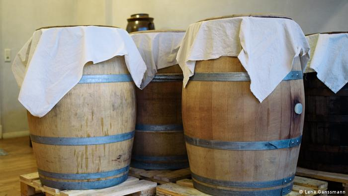 Holzfässer zur Fermentierung stehen im Ladengeschäft Mimi Ferments. (Lena Ganssmann)