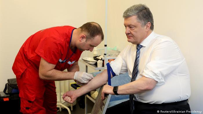 Петр Порошенко во время сдачи крови, 5 апреля