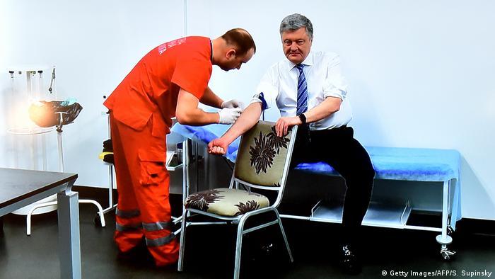 Президент и кандидат в президенты Украины Петр Порошенко сдает кровь на анализ