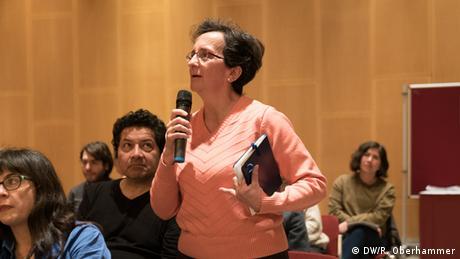 Podiumsdiskussion im Ibero-Amerikanischen Institut Preußischer Kulturbesitz, Berlin: Eine Besucherin im Publikum stellt eine Frage. Die Fragen aus dem Publikum beziehen sich hauptsächlich auf die aktuelle Situation in Kolumbien, die Rolle des Journalismus und die Notwenigkeit einer öffentlichen Debatte. (DW/R. Oberhammer)