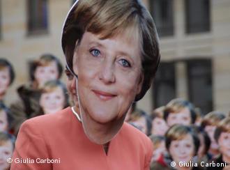 Topeng Angela Merkel yang digunakan para peserta demonstrasi Dicari Kanselir Iklim pada hari aksi iklim (24/10) di Berlin