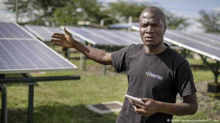 Betreiber George Ndubi vor Solarmodulen