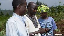 Ruanda Bauern mit Smartphone