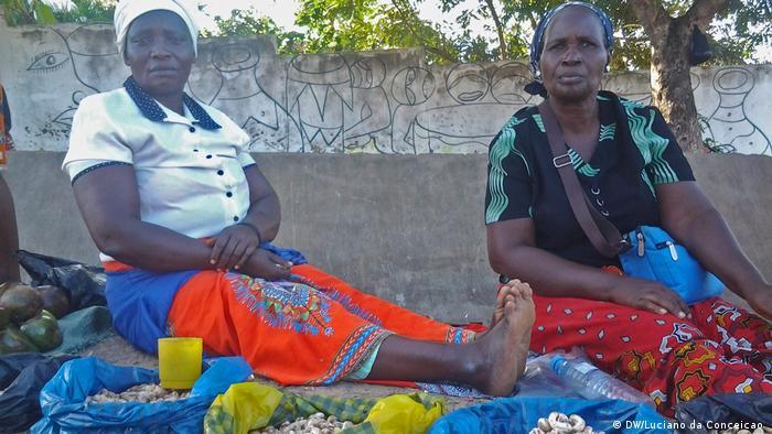 Mosambik Inhambane Straßenhändlerinnen (DW/Luciano da Conceicao )