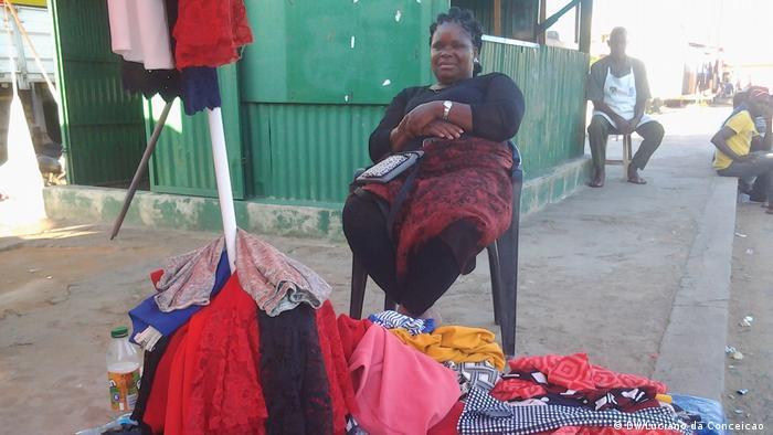 Mosambik Inhambane Straßenhändlerin (DW/Luciano da Conceicao )