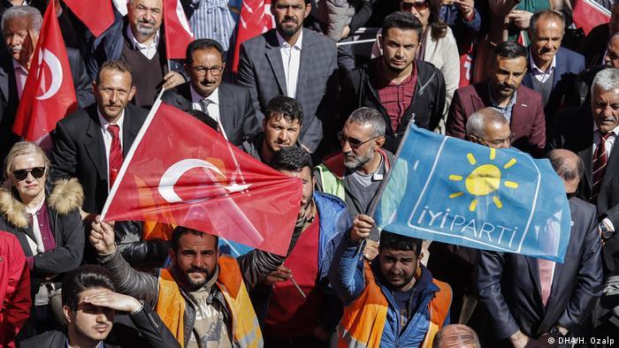 İYİ Parti'nin logosu (sağda)