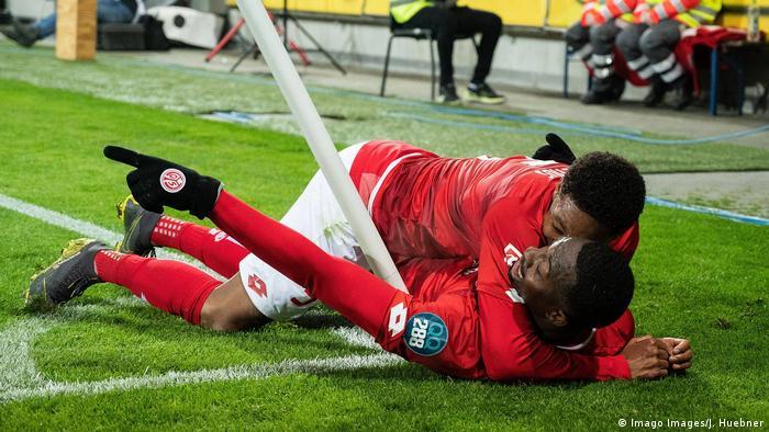 Fußball Bundesliga Mainz - Freiburg Torjubel 5:0 (Imago Images/J. Huebner)
