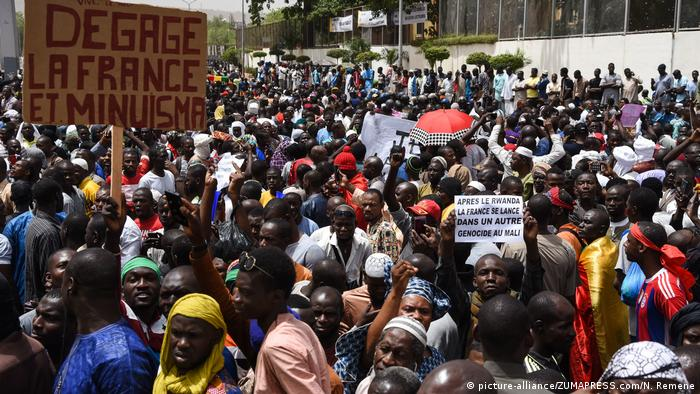 Thousands of protesters march in Mali's capital Bamako over the lack of government response to deadly ethnic violence (picture-alliance/ZUMAPRESS.com/N. Remene)
