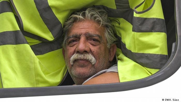 DW acompañó al camionero Guillermo durante sus horas de espera ante la frontera de EE.UU.