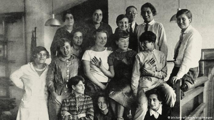 Сильные женщины в Баухаусе: Гунта Штольцль (Gunta Stölzl) (справа вверху с галстуком) и ее однокурсницы по классу ткачества (фото около 1927 года).