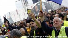 Jerome Rodriguez, center, a prominent figure of the yellow vests movement takes part in a rally in Paris, France, Saturday, April 6, 2019. Protesters from the yellow vest movement are taking to the streets of France for a 21st straight weekend, with hundreds gathered for a march across Paris, one of numerous protests around the country. (AP Photo/Rafael Yaghobzadeh) |