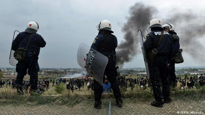 Greek police in front of a refugee camp outside Thessaloniki (AFP/S. Mitrolidis)