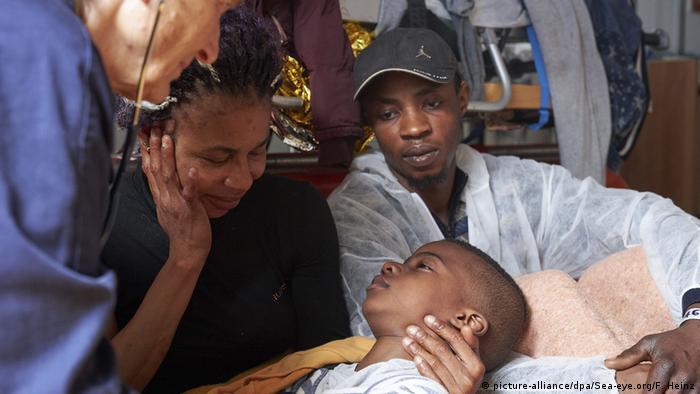 Medizinische Untersuchung eines Flüchtlingskindes vor einigen Tagen an Bord der Alan Kurdi (Foto: picture-alliance/dpa/Sea-eye.org/F. Heinz)
