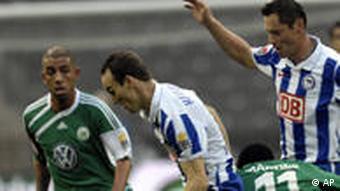 Berlins Steve von Bergen (2. von links) und sein Teamkollege Pal Dardai (2. von rechts) kämpfen mit Wolfsburgs Ashkan Dejagah (l.) und Obafemi um den Ball. Photo/Kai-Uwe Knoth)