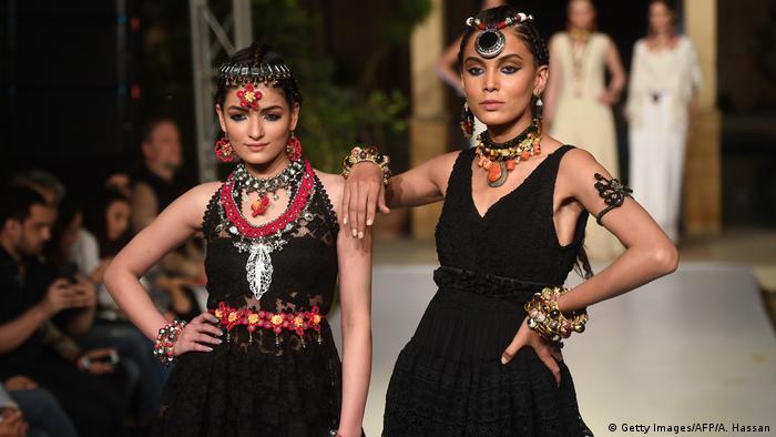 Pakistanski modeli predstavljaju nakit koji su izradile izbjeglice iz Afganistana