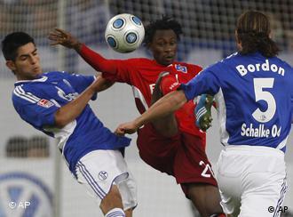 Schalkes Carlos Zambrano (l.) und Marcelo Bordon (r.) nemen Hamburgs Jonathan Pitroipa in die Zange (AP Photo/Frank Augstein)