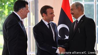 Aπό τη συνάντηση του Εμμανουέλ Μακρόν με τον στρατάρχη Χαφτάρ (δεξιά) και τον πρωθυπουργό Αλ Σαράτζ στπ Παρίσι