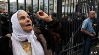 Frau vor dem Gericht in Den Haag (Foto: AP)