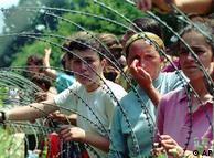 Izbjeglice u tzv. zaštićenoj zoni Srebrenica 1995. iza žičane ograde