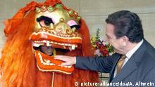 Archivbild: China Peking - Buneskanzler Gerhard Schroeder neben chinesischem Drachenkostüm