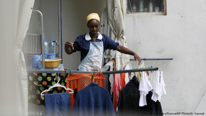 Empregada doméstica pendura roupas