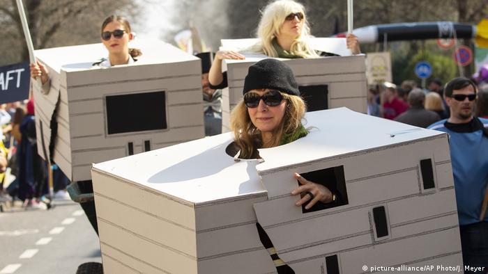 Карнавальное шествие по случаю открытия Музея Баухауса в Веймаре