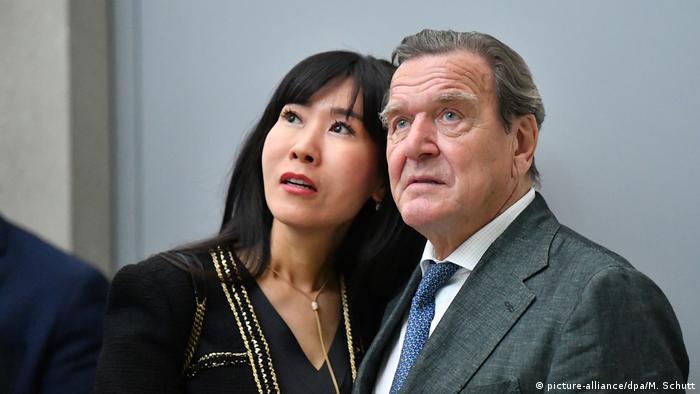 Экс-канцлер Герхард Шредер с супругой
