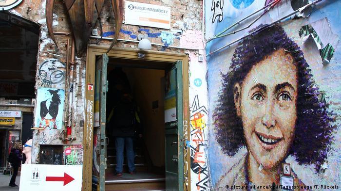 Mural de Anne Frank en el centro Anne Frank, en Berlín.