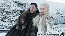HANDOUT - 03.04.2019, ---: Kit Harington als Jon Schnee und Emilia Clarke Daenerys Targaryen in einer Folge der achten Staffel der Serie «Games of Thrones» (GoT, undatierte Filmszene). In der Nacht zum 15. April soll die erste Folge der Staffel in Deutschland bei Sky abrufbar sein. (zu dpa «Game of Thrones»-Finale:Wer gewinnt das Spiel um den Thron?) Foto: Sky/dpa - ACHTUNG: Nur zur redaktionellen Verwendung im Zusammenhang mit einer Berichterstattung über den Film und nur mit vollständiger Nennung des vorstehenden Credits +++ dpa-Bildfunk +++ |